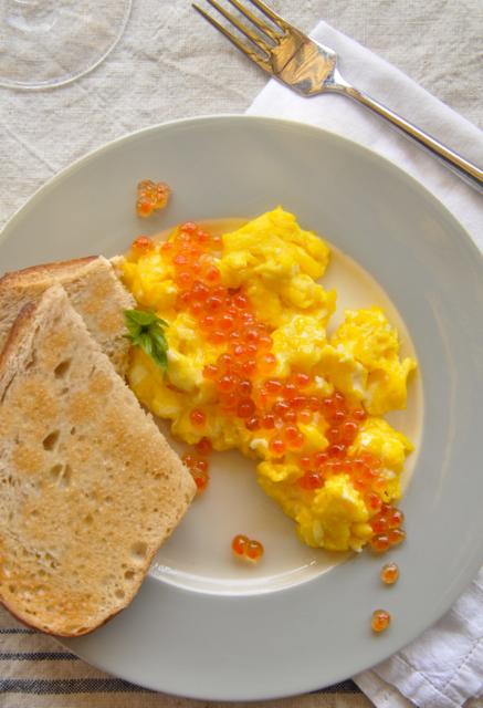 scrambled eggs with salmon caviar (aka fancypants scrambled eggs ...
